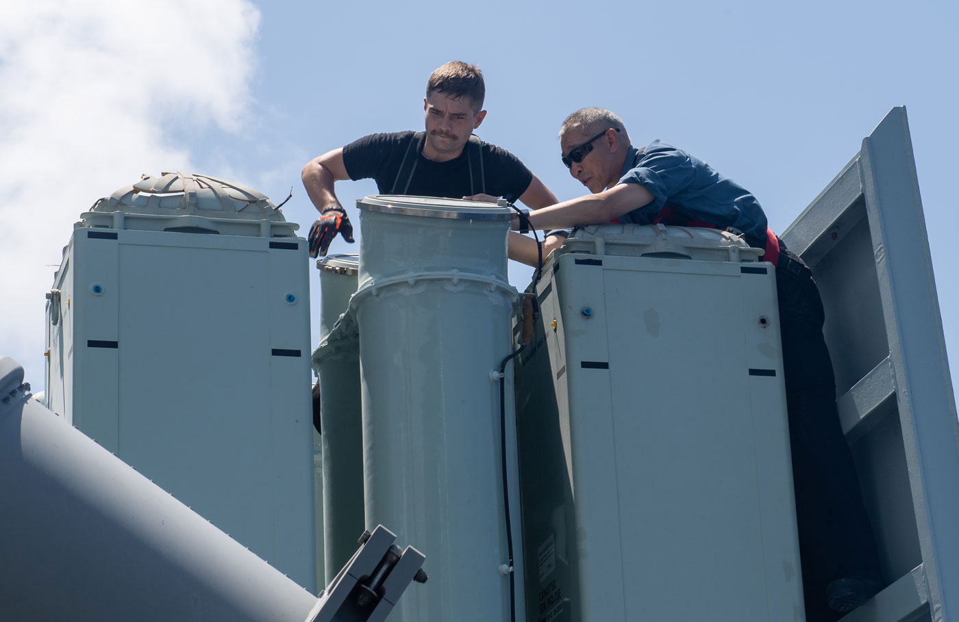 Members of HMCS Winnipeg conduct post-firing maintenance on the Evolved Sea Sparrow Missile (ESSM) launcher off the coast of the Hawaiian Islands. Photos by Leading Seaman Valerie LeClair, MARPAC Imaging